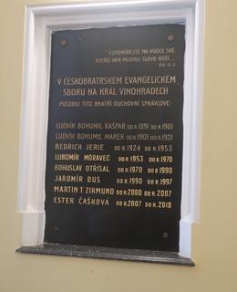 Deska v budově sboru (Foto Milan Polák, červen 2021)