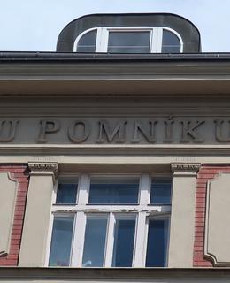 Nápis na fasádě (Foto M. Polák, 2021)