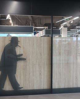 Na výkladci obchodu Lidl je nakreslena silueta W. Churchilla s nákupem baget (Foto M. Polák, 2021)