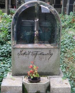 Umělcův hrob na Vinohradském hřbitově (Foto M. Polák, 2021)
