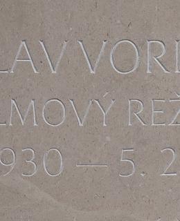Režisérovo jméno na pomníku je hůře viditelné.