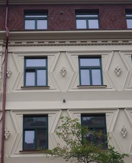 Prvky kubismu a art deco na Machoňově fasádě (Foto M. Polák, 2021)