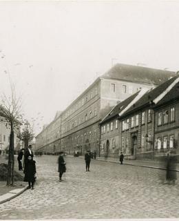 Domy na jižní straně Karlova náměstí, před r. 1915. MMP