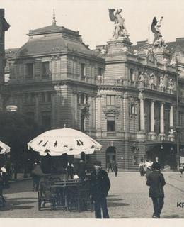 Na náměstí pod divadlem, před 1918. Pohlednice.
