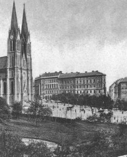 Náměstí s kostelem sv. Ludmily, v popředí zahrada Eichmanka, kol. 1900. Pohlednice