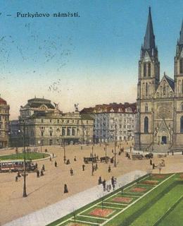 Náměstí s kostelem sv. Ludmily, kol. 1910. Pohlednice.