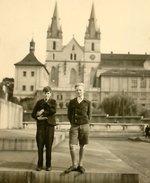 Bratři Aleny Kusákové před Emauzy za války. Zdroj: archiv B. Kovaříkové