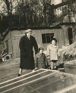 Děti Lehečkovy s maminkou u skleníku na Albertově, 50. léta. Zdroj: archiv B. Kovaříkové