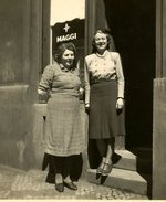Foto před koloniálem U Petříků, Podskalská ulice. Zdroj: archiv B. Kovaříkové