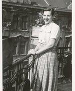 Věra Bromová na balkoně v 50. letech. Zdroj: archiv B. Kovaříkové