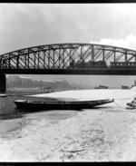 Železniční most a náplavka v 50. letech. Zdroj: archiv B. Kovaříkové