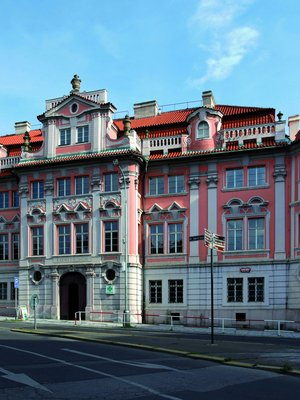 Palác Mladotovský, zv. Faustův dům (dvůr Opavských vévodů) a bývalá Všeobecná nemocnice a novoměstský Ústav šlechtičen (nyní Všeobecná fakultní nemocnice)