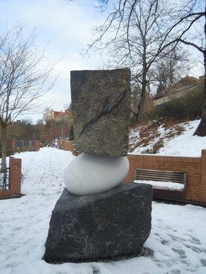 Pomník z dvou druhů kamene (autor fotografie: Dagmar Broncová)