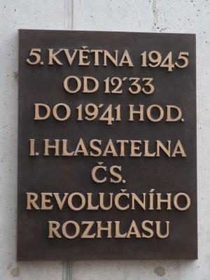 Pamětní deska I. hlasatelny (autor fotografie: Milan Polák)
