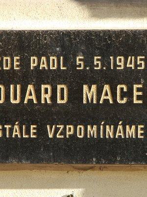 Pamětní deska Ed. Macka (autor fotografie: Milan Polák)