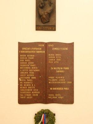Deska je umístěna za recepcí paláce Orbis