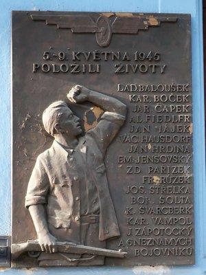 Deska obětem Pražského povstání (autor fotografie: Milan Polák)
