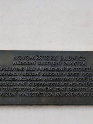 Deska na jižní straně Novoměstské radnice (autor fotografie: Milan Polák)