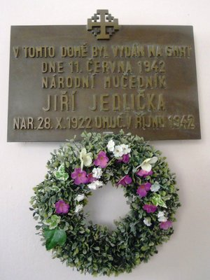Pamětní deska Jiřího Jedličky ve vestibulu (autor fotografie: Dagmar Broncová)