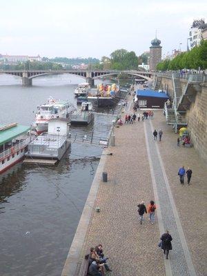 Rašínovo nábřeží s dolní náplavkou (autor fotografie: Dagmar Broncová)