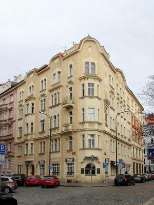 Nároží domu v ulicích Na Hrobci a Pod Slovany,foto M. Polák