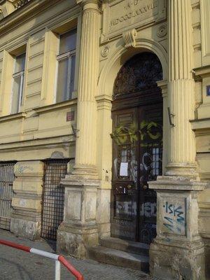 Dům na Rašínově nábřeží, před nímž jsou umístěny dva kameny zmizelých G. a I. Kleinových (autor fotografie: Dagmar Broncová)