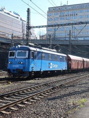 Lokomotiva 122 025-0 ČD Cargo v čele nákladního vlaku ze Smíchova (Foto M. Polák, 18. beřzna 2020)