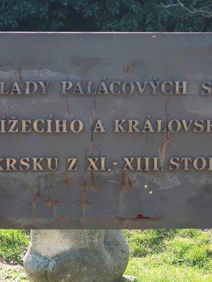 Pamětní deska u základů palácových staveb (Foto M. Polk, březen 2020)