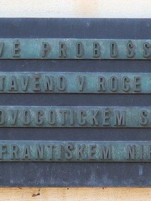 Pamětní deska vedle vchodu (Foto M. Polák, 202)