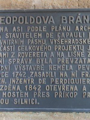 Pamětní deska umístěná na Leopoldově bráně (Foto M. Polák, březen 2020)