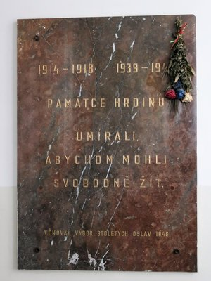 Pamětní deska obětem válek (Foto Milan Polák, březen 2020)
