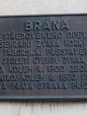 Pamětní deska na bráně (Foto Milan Polák,2020)