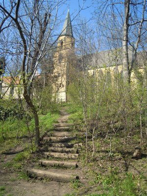 Svah s ještě neopravenými schody a s kostelm sv. Apolináře (foto D. Broncová)