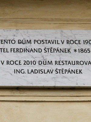 Deska na domě (Foto M. Polák, únor 2020)
