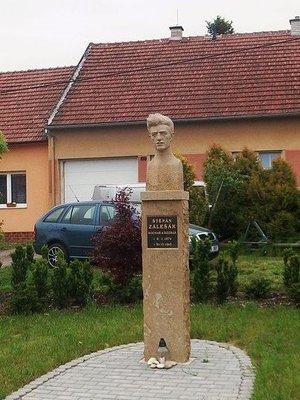 Pomník Š. Zálešáka v Bánově (Zdroj: Wikipedia)