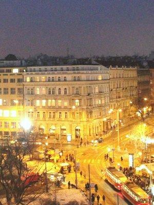 Náměstí Míru, prostor nad stanicí metra. Vlevo Korunní, vpravo tramvaj zatočí do Francouzské (foto Milan Polák, r. 2017)