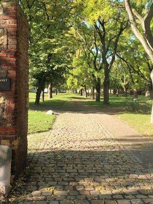 Vchod do okrsku knížecí a královské akropole (Foto M. Polák, 2020)
