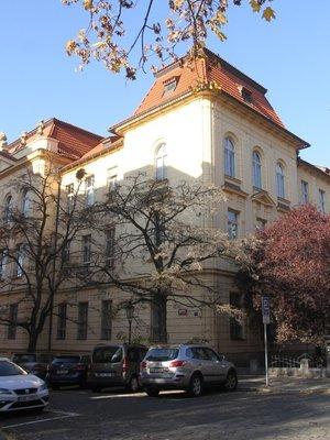 Fyzikální ústav z nároží ulic Albertov a Ke Karlovu (Foto M. Polák, listopad 2020)