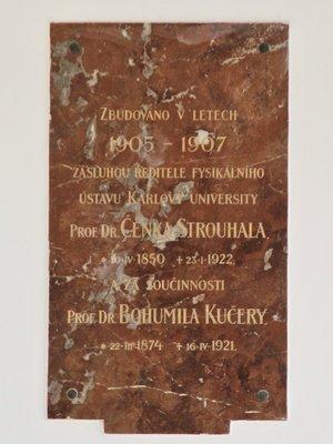 Pamětní deska zakladatelů Fyzikálního ústavu (Foto M. Polák)