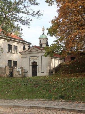 Kostel Panny Marie Šancovské, za ním zbytek kostela Stětí sv. Jana Křtitele (foto Milan Polák)