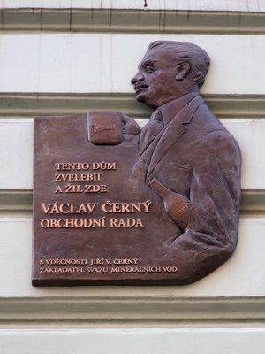 Elegantní pamětní deska (Foto. M. Polák, 2021)