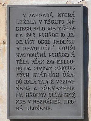 Deska na zdi u kaple sv. Kosmy a Damiána (autor fotografie: Milan Polák, únor 2021))