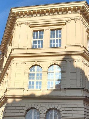 Druhé křídlo objektu 1. lékařské fakulty, Na Bojišti 1660/3 (foto D. Broncová, r. 2021)