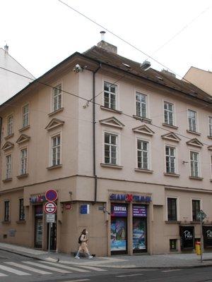 Nárožní dům v ulicích Myslíkova a Na Zderaze (Foto M. Polák, 2021)