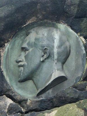 Zeyerova podobizna na Maudrově pomníku v Chotkových sadech (Foto M. Polák, 2009)